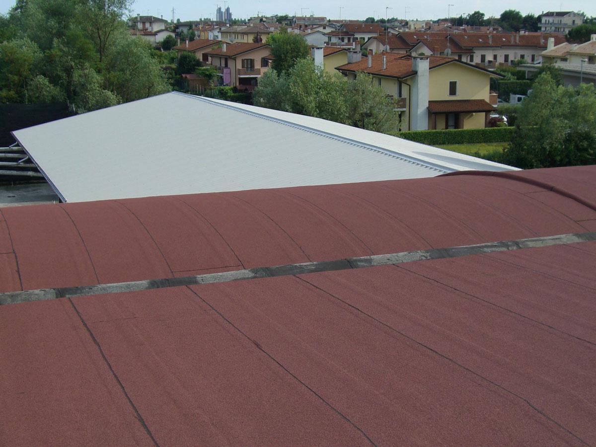 Sovracopertura su tetto a falda e a volta in fibrocemento - amianto